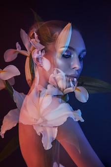 Красота цветы лицо женщины с двойной экспозицией. портрет девушки неонового света и цвета, профессиональный макияж, обнаженная спина женщины, цветы в голове