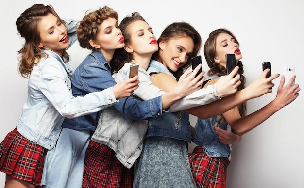 아름다움, 우정, 젊음과 기술. 셀카를 찍는 5명의 멋진 젊은 여성의 스튜디오 초상화.