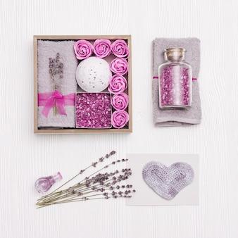 아름다움 선물 상자. 스파 라벤더 꽃과 라벤더 오일, 목욕 폭탄, 바다 소금, 목욕 장미로 집에서 휴식을 취하십시오.