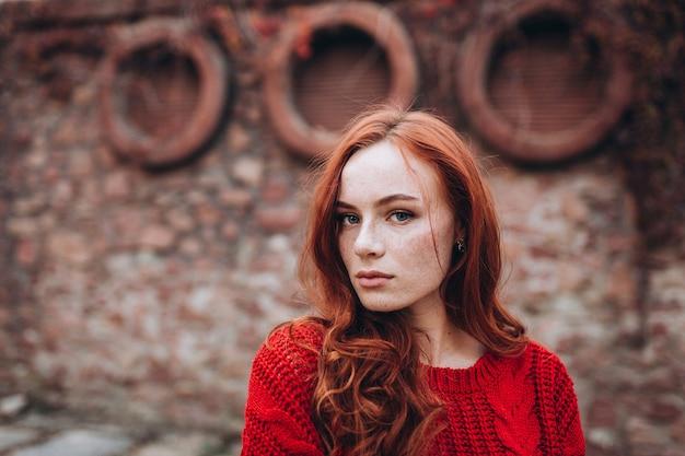 Женщина имбиря красоты с веснушками на открытом воздухе в осеннем парке. лицо женщины красоты, концепция естественной красоты
