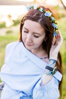 Красота девушки на открытом воздухе, наслаждаясь природой. красивая подростковая модельная девушка в белом платье на поле весны, свет солнца.