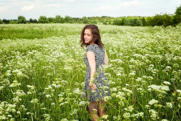 야외에서 자연을 즐기는 뷰티 소녀. 여름 필드에 아름 다운 여자