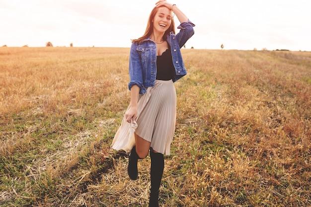 屋外で自然を楽しむ美少女。無料の幸せな女