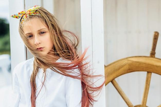 뷰티 소녀는 야외에서 포즈 패션 초상화를 닫습니다