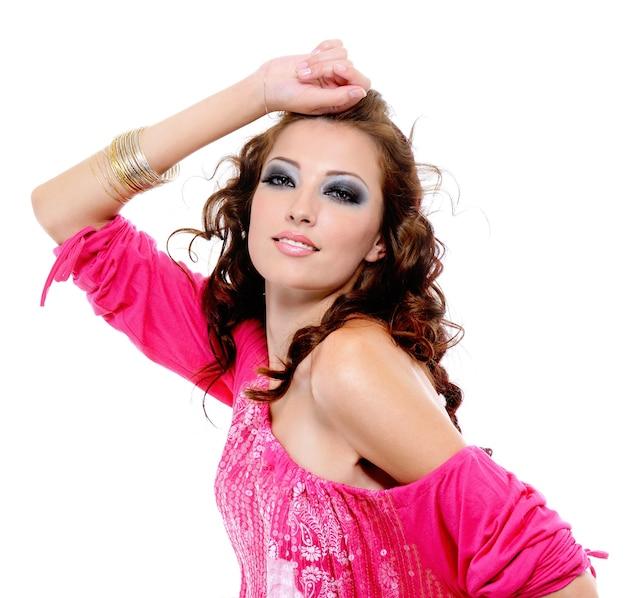 Stile di bellezza e glamour della giovane donna graziosa - isolata