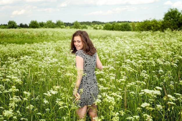 야외에서 자연을 즐기는 아름다움 행복 소녀. 여름 필드에 아름 다운 젊은 여자