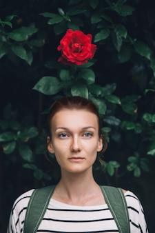꽃 배경에 자연 여자 초상화의 아름다움
