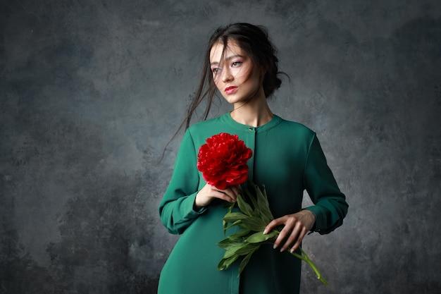 美容、ジュエリー、人々、高級コンセプト-牡丹の花でエレガントなドレスを着た美しいアジアの女性