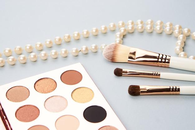 化粧品や宝石で色付きの背景に美容レイアウト
