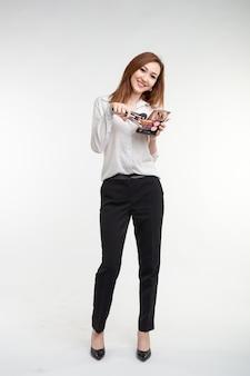美容メイクアップアーティスト。白のアイシャドウパレットブラシを保持してかなり笑顔の韓国の美しい若い女性をクローズアップ。