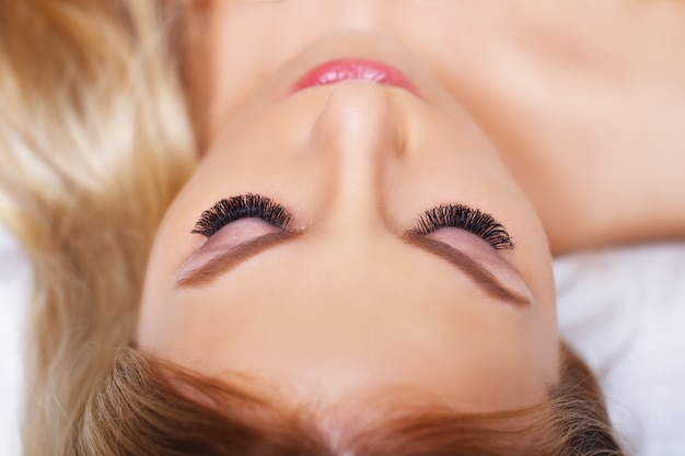 青い目の美容メイク。美しい顔のクローズアップの一部。完璧な肌、長いまつげ、コンセプトを構成します。