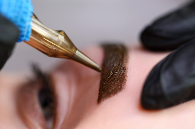 Beauty masters hands do permanent eyebrow makeup