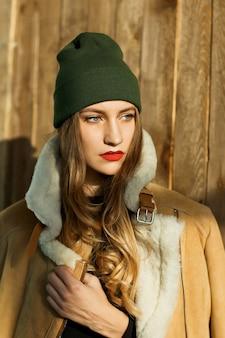 스튜디오에서 포즈 갈색 코트 양가죽 뷰티 모델 소녀. 아름다운 럭셔리 겨울 여자.
