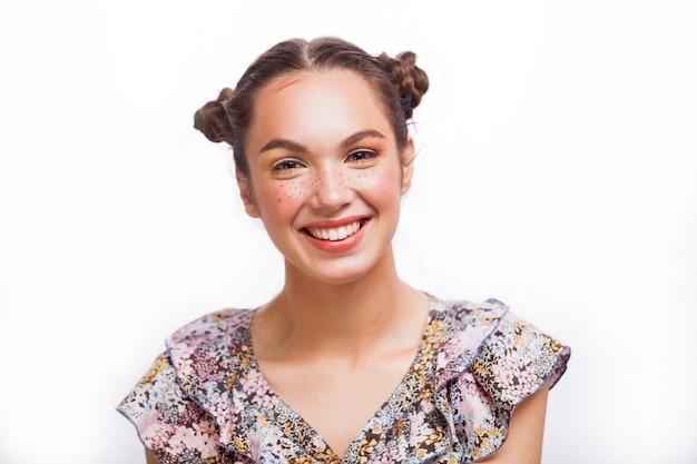 뷰티 모델 여자 초상화 흰색 절연입니다. 주근깨, 재미있는 헤어 스타일과 노란색과 오렌지색 메이크업으로 아름다운 즐거운 십대 소녀. 전문 메이크업.