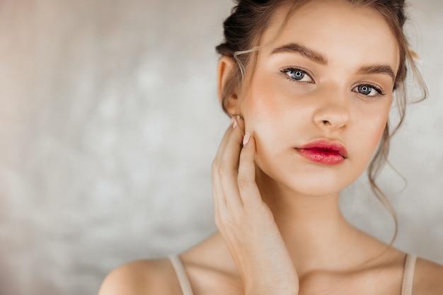 깨끗한 피부 여성 화장품 아름다운 신선한 깨끗한 여성 얼굴을 만지고 뷰티 모델 건강한 피부 손 매니큐어 손톱.