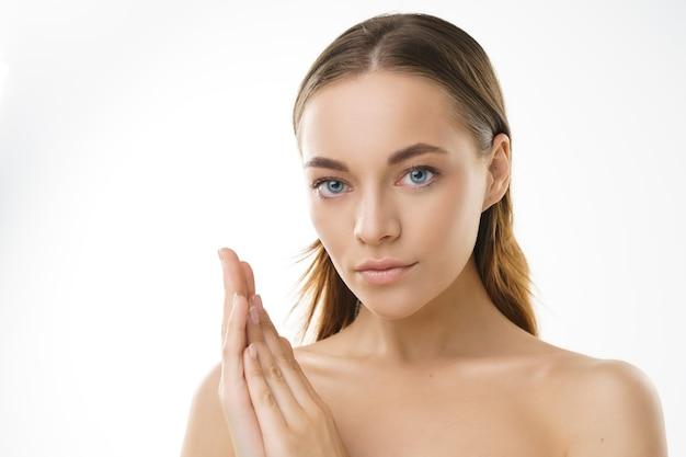 자연 메이크업과 흰색 배경에 건강한 피부와 파란 눈을 가진 뷰티 모델 젊은 금발의 여자