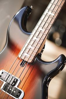 Красота музыкального инструмента крупным планом на красивой коричневой электрогитаре