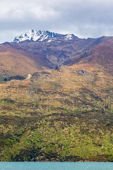 Красота скал новой зеландии и воды южного острова