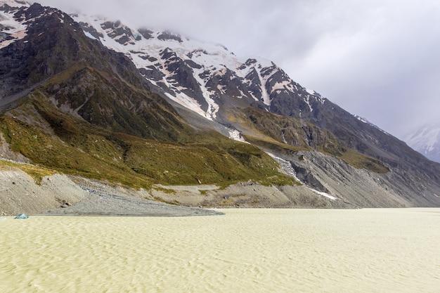 サザンアルプスの美しさニュージーランドの氷河湖に浮かぶ雪に覆われた山頂