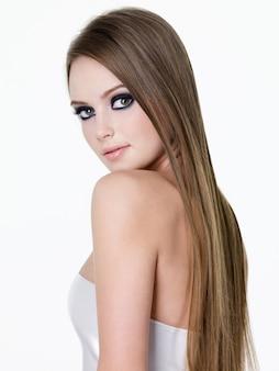 Красота молодой девушки с макияжем глаз и длинными прямыми волосами - вертикаль