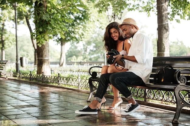 かわいいモデルと若い写真家との公園での美容写真撮影