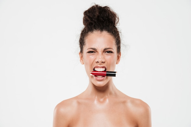 Ritratto di bellezza di una donna bruna arrabbiata