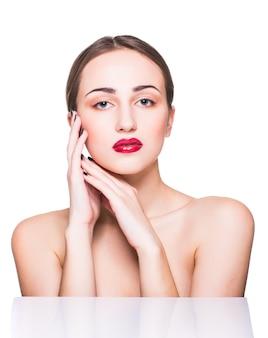 Ritratto di bellezza. bella donna della stazione termale che tocca il suo fronte. pelle fresca perfetta. ragazza di modello di pura bellezza.