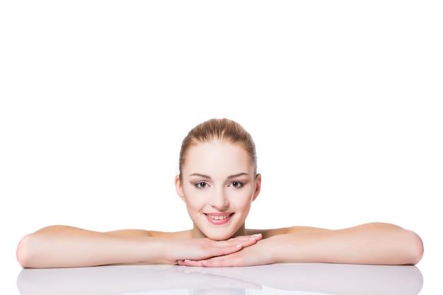 아름다움 초상화. 그녀의 얼굴을 만지고 아름 다운 스파 여자입니다. 완벽한 신선한 피부. 순수 뷰티 모델 소녀.