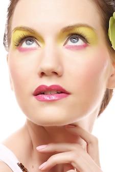 美しさの肖像画。髪に蘭の花を持つ美しいスタイリッシュな女の子。