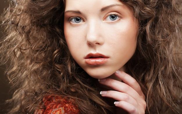 Портрет красоты. вьющиеся волосы