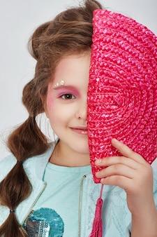 美しさの肖像画の女の子の自然なきれいな肌、化粧品、子供のための化粧。スタジオの明るい背景に女の子の笑顔とポーズ。ロシア、スヴェルドロフスク、2019年3月10日