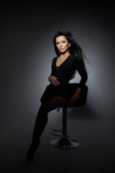 Портрет красоты брюнетки с развевающимися волосами на ветру. профессиональный макияж, идеальное лицо сексуальной женщины
