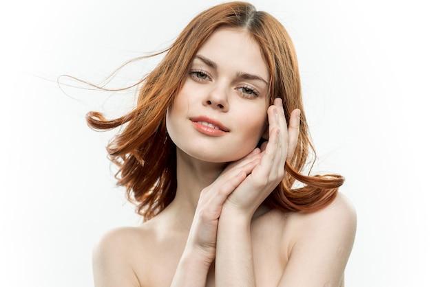 自然な裸顔のメイクの女の子の美しさの肖像画