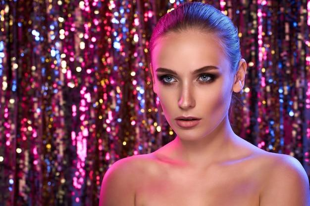 Красота портрет модели высокой моды женщины в красочных ярких неоновых огнях позирует
