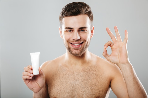 笑みを浮かべて半分裸の男の美しさの肖像画