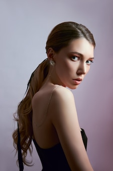 Красота портрет женщины с длинными волосами и серьги в ушах
