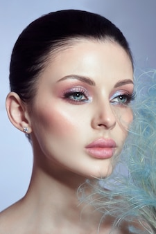 그녀의 입술과 눈에 분홍색 섬세 한 화장으로 여자의 아름다움의 초상화. 섹시 갈색 머리 여자