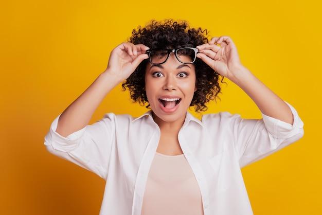 眼鏡をかけた若い黒人狂った女性の美の肖像画は口を開ける