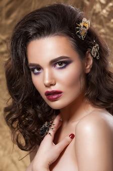 어린 소녀, 아름다운 메이크업, 깨끗한 피부, 헤어 스타일, 딱정벌레와 벌의 형태로 보석의 아름다움 초상화