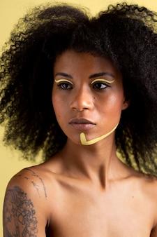 민족 화장과 아프리카 여자의 아름다움 초상화
