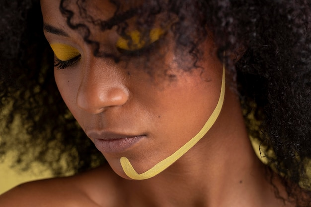 Красота портрет афро женщины с этническим макияжем