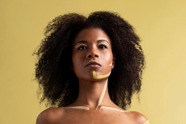 エスニックメイクでアフロ女性の美しさの肖像画