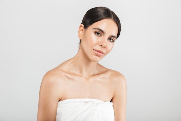 매력적인 건강 한 여자의 아름다움 초상화는 흰 벽 위에 절연 서 포즈