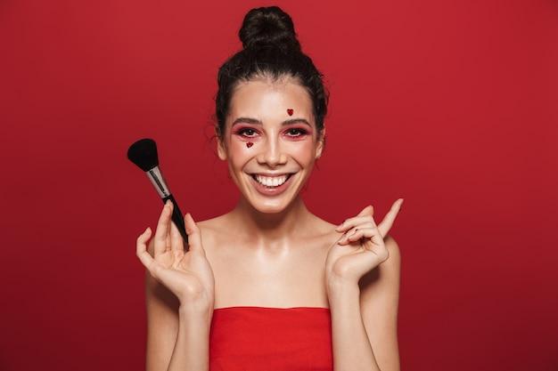 Портрет красоты привлекательной молодой топлес женщины, носящей макияж, стоя изолированной