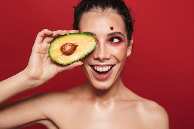 Портрет красоты привлекательной молодой женщины, носящей макияж, стоя изолированной