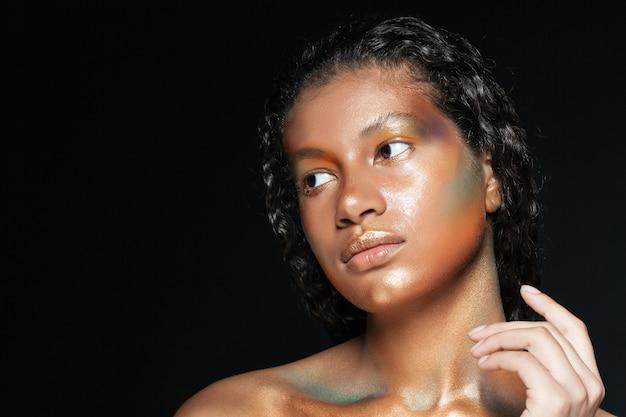 블랙을 통해 패션 메이크업과 매력적인 미국 젊은 여자의 아름다움 초상화