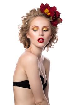 巻き毛を持つ魅力的な金髪の若い女性の美しさの肖像画