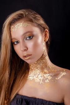 美しい女性の美しさの肖像画。ゴールドの肖像画