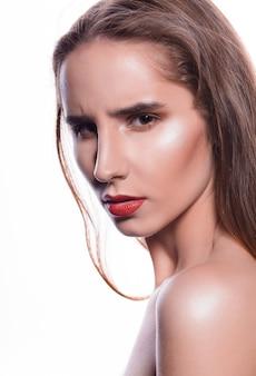 赤い唇と裸の肩を持つ感情的なブルネットの女性の美しさの肖像画
