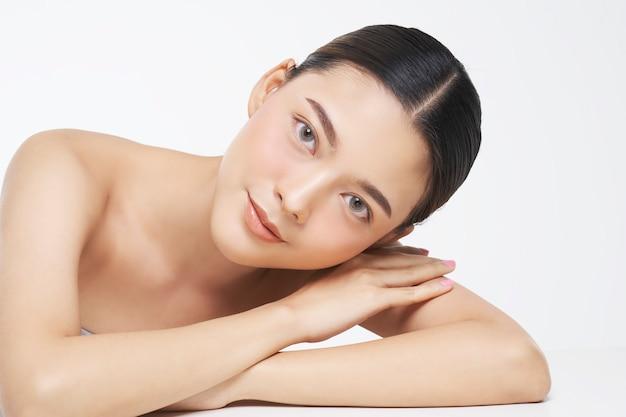 자연 피부를 가진 여성 얼굴의 아름다움 초상